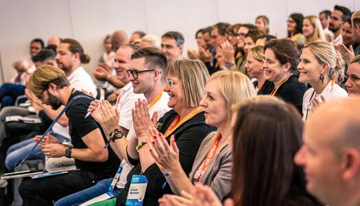 Zuhörer und Zuhörerinnen bei einem Vortrag auf der OMT 2019